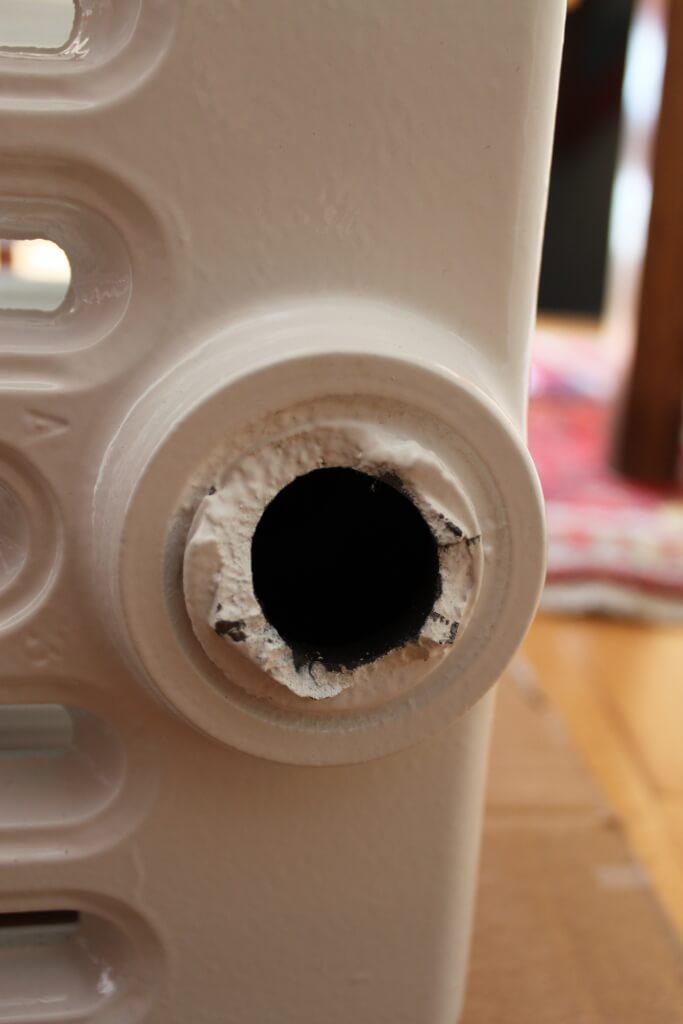 bouchon cass dans un vieux radiateur en fonte. Black Bedroom Furniture Sets. Home Design Ideas